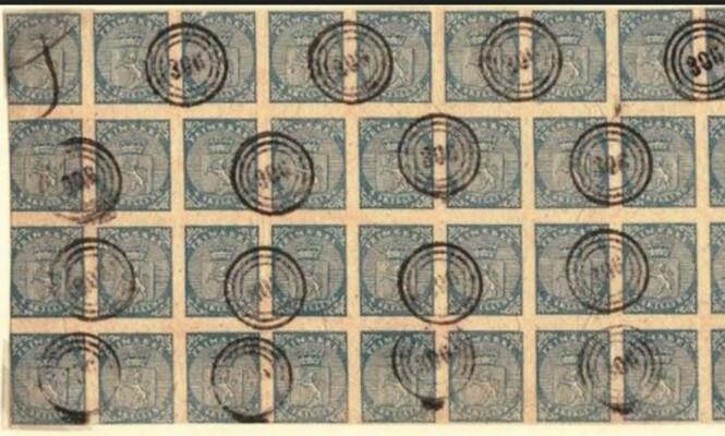 NORGES FØRSTE FRIMERKE: Norges første frimerke, 4 skilling blå, ble utgitt 1. januar 1855. Merket har riksvåpenet som motiv, og er det eneste norske frimerket som ikke har tagger. Taggemaskinen var ikke oppfunnet, og frimerkene måtte klippes fra hverandre med saks. I en tid da vi fortsatt var i union med Sverige falt det ikke i god jord at frimerket manglet landenavnet «Norge». Mange mente at det enkle merket med riksvåpenet var direkte stygt. – Hvordan kan man tro at noen vil slikke på en slik heslig liten papirbit, skrev en Oslo-avis i en krass kommentar, ifølge Samlerhuset.no. Denne sammenhengende 39-blokk av Norges første frimerke, stemplet i Trondheim, ble første gang vist frem i 1930. Foto: Kopi fra Utstillingskatalogen.
