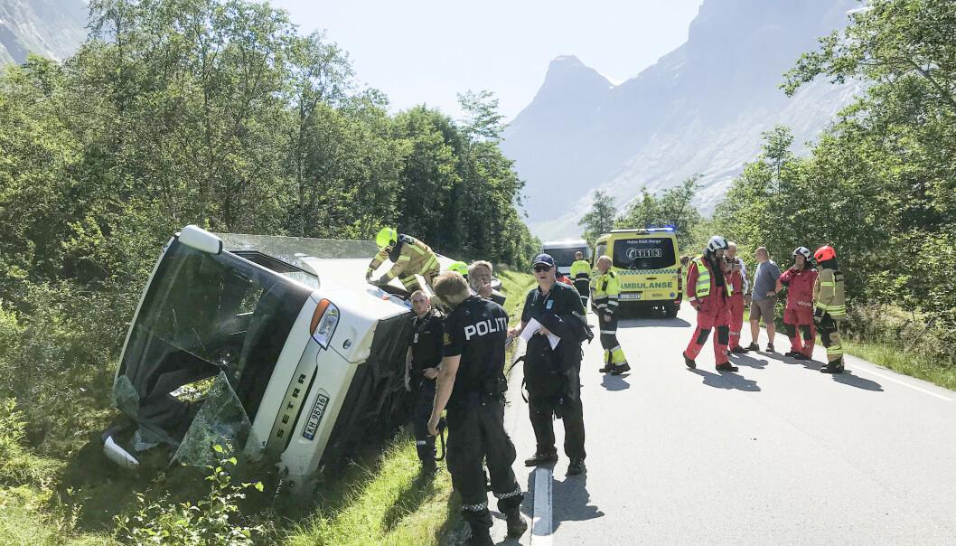Nødetatene på stedet der 32 personer ble evakuert ut fra en buss som veltet i Isterdalen i Møre og Romsdal. Foto: Kjetil Svanemyr / Åndalsnes Avis / NTB scanpix