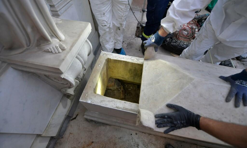 ÅPNET GRAV: Etterforskere åpnet torsdag to graver på en gravplass i Vatikanet. Foto: Handout / VATICAN MEDIA / AFP