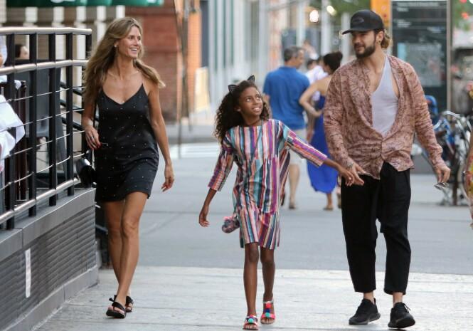 STEFAR: Tom Kaulitz er nå blitt stefar til Heidi Klums fire barn. Her med hennes yngste datter Lou i New York sommeren 2018. FOTO: NTB Scanpix