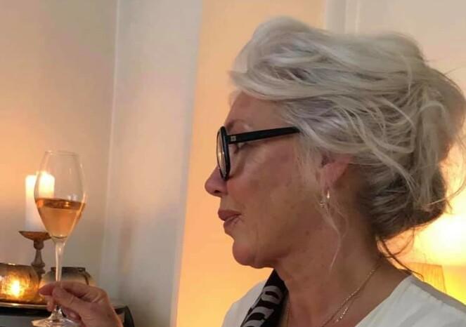 Den sølvlyse manken, som er noe mørkere i nakken, blir ekstra vakker siden Hilde pleier håret med stolthet, og lar fargespillet komme frem med myke oppsetninger. Foto: Privat.