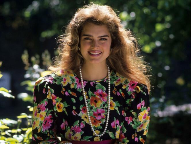 Brooke Shields i den supersunne og naturlige sminkelooken mange elsket på 80-tallet. Husker du disse blomstrete kjolene? De er også blitt moderne igjen! Foto: ITV/REX/NTB Scanpix.