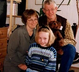 NY FAMILIE: Dette fotografiet av mamma Kristin, pappa Børre og storesøster Sandra Victoria sendte familien Botnmark til Aleksej i mai 1998. FOTO: Privat
