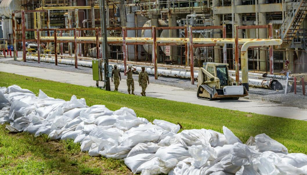 Amerikanske soldater plasserer sandsekker ved et raffineri i Chalmette i Louisiana for å beskytte seg mot stormen Barry. Foto: AP Photo / Matthew Hinton / NTB scanpix