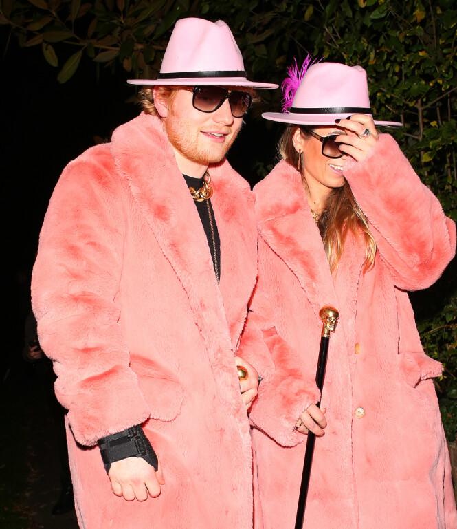 MEDIESKY: Ed Sheeran snakker sjelden om privatlivet. Når han er sammen med kona, er de også raske med å haste forbi fotografene. Her er de, tilsynelatende noe motvillig, avbildet på vei til Halloween-fest i 2017. Foto: NTB Scanpix
