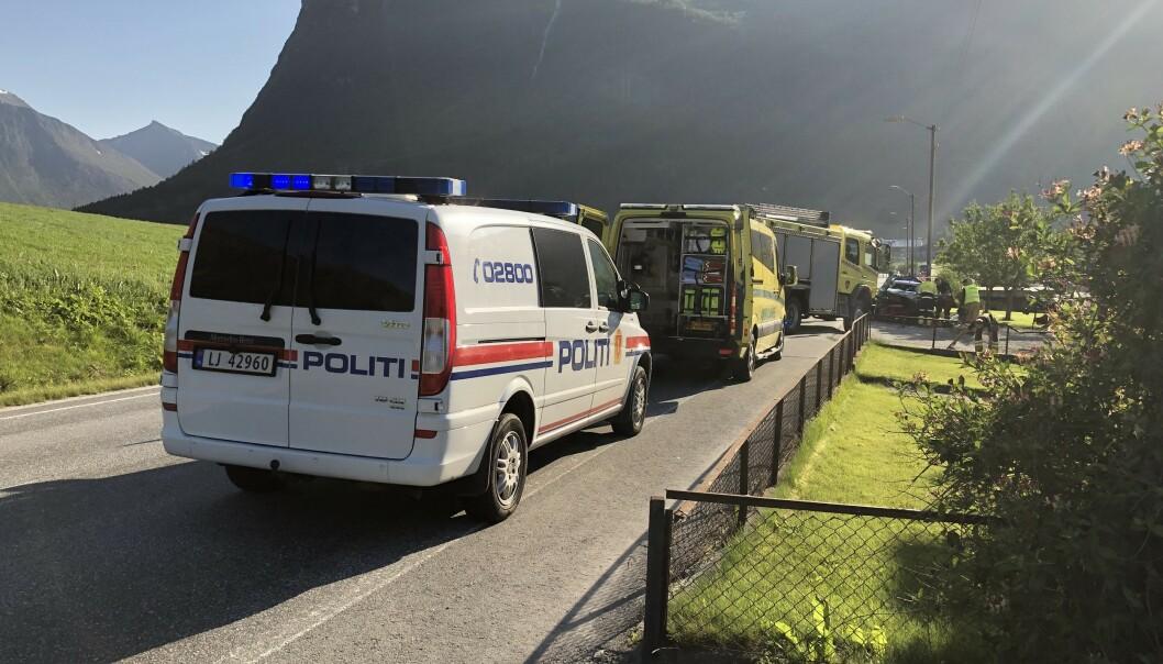 En kvinne mistet livet og en annen er kritisk skadd etter at to biler kolliderte i Innfjorden i Møre og Romsdal fredag kveld. Foto: Åndalsnes Avis / NTB scanpix