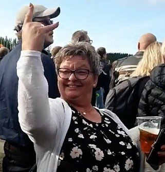 FESTIVAL-ØL: Heidi Irene Nordnes var på konsert sammen med sin datter, ektemannen og mange venner. Hun sto selv i kø to ganger femti minutter for fire øl. Foto: Privat