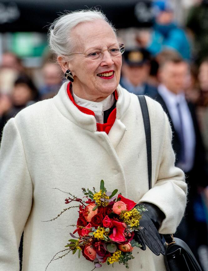 IKKE BILLIG: Dronning Margrethe kunne valgt å bruke bil som transportmiddel, men valgte heller å ty til et av Forsvarets helikoptre. Foto: NTB Scanpix
