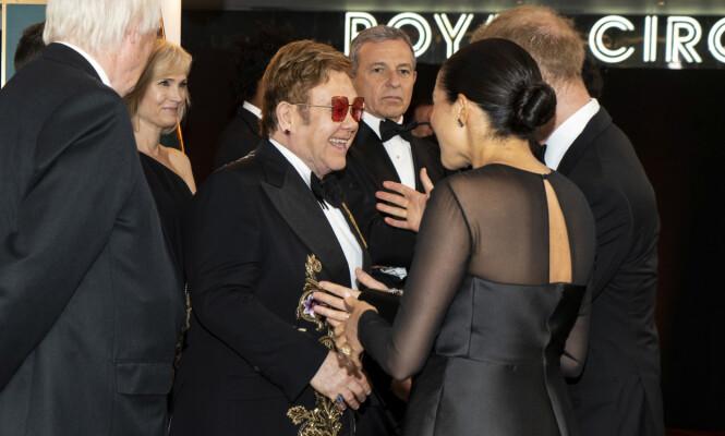 GJENSYNSGLEDE: Prins Harry har et svært nært forhold til artist Elton John. Han sang i bryllupet til Meghan og Harry i 2018, og gleden var derfor stor da de møtte ham igjen under filmpremieren i London. FOTO: NTB Scanpix
