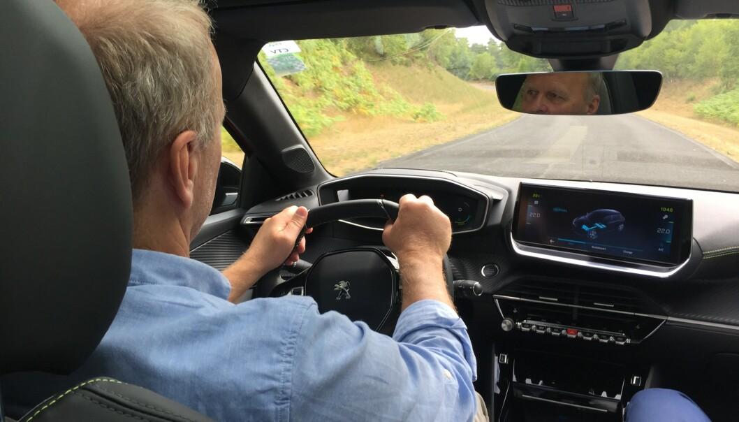 <strong>BAK RATTET:</strong> Vårt første inntrykk etter å ha prøvekjørt e-208: Det er mye komfort i denne bilen og 136 hester er nok til å gi en sprek kjørefølelse. Foto: Hamdi Ben Lagha