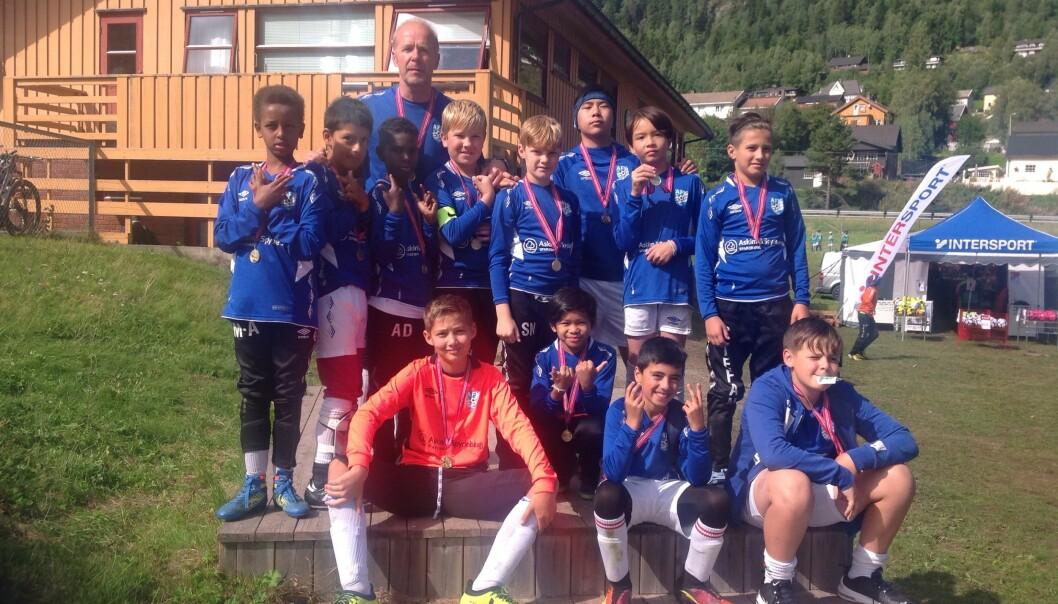 ÅL CUP: Askim gutter 2007 etter prisutdeling på Ål cup i 2018, hvor de også vant cupens fair play-pris. Bakerst står trener Terje Garseg. Foto: Privat