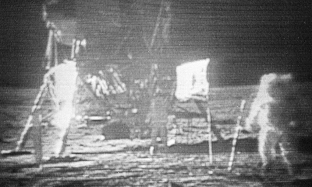 De kornete TV-bildene fra månelandingen i 1969 er blitt en del av verdens kollektive hukommelse. Neil Armstrong er til høyre i bildet, mens Buzz Aldrin står nærmere månelandingsfartøyet, litt til venstre for flagget de plantet på månen. Arkivfoto: NASA / AP / NTB scanpix