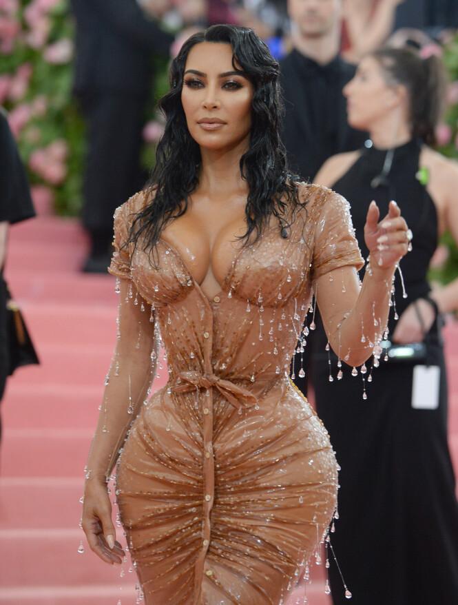 MYE ARBEID BAK: Å få på seg denne kjolen var lettere sagt enn gjort, skal vi tro Kim Kardashian (38). Foto: NTB Scanpix