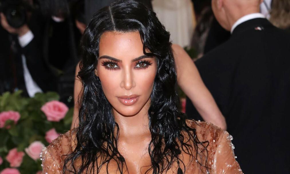 SKAPER OVERSKRIFTER: Realitystjernen Kim Kardashian (38) får stadig oppmerksomhet for sin kroppsfigur, på godt og vondt. Den siste tiden har flere satt spørsmålstegn ved tv-profilens ekstremt tynne midje. Foto: NTB Scanpix