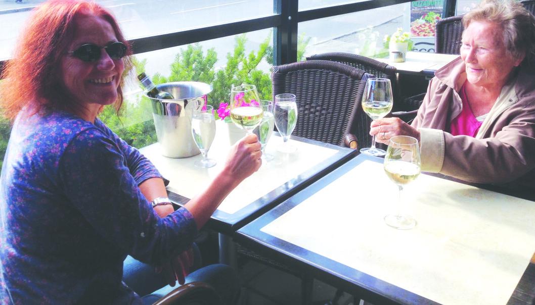 DELTE HISTORIER: Paula Lindahl og svigerdatteren dro ofte på restauranten i nærheten av sykehjemmet hvor Paula bodde, for å dele historier. FOTO: Privat // Viggo Lindahl