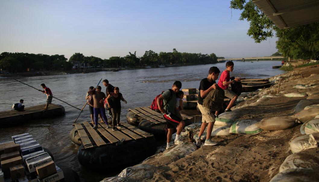 Migranter fra Guatemala går av en flåte i Mexico i juni. Foto: Rebecca Blackwell, File / AP / NTB scanpix