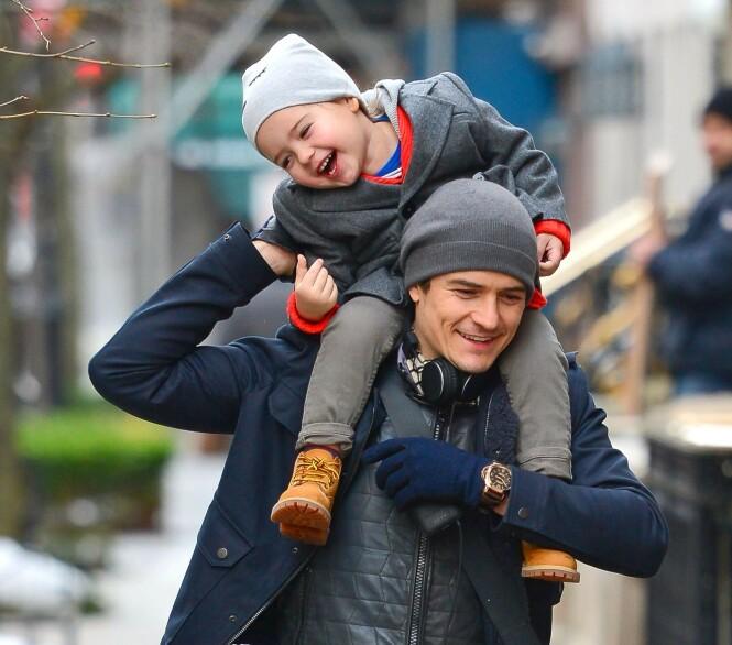 <strong>FAR OG SØNN:</strong> Hollywood-stjernen Orlando Bloom sammen med sønnen Flynn i New York i 2013. Foto: NTB Scanpix