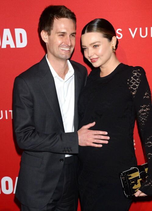 <strong>LYKKELIG PAR:</strong> Supermodell Miranda Kerr og ektemannen Evan Spiegel avbildet på en rød løper i fjor da førstnevnte var gravid med sønnen Hart. Foto: NTB Scanpix