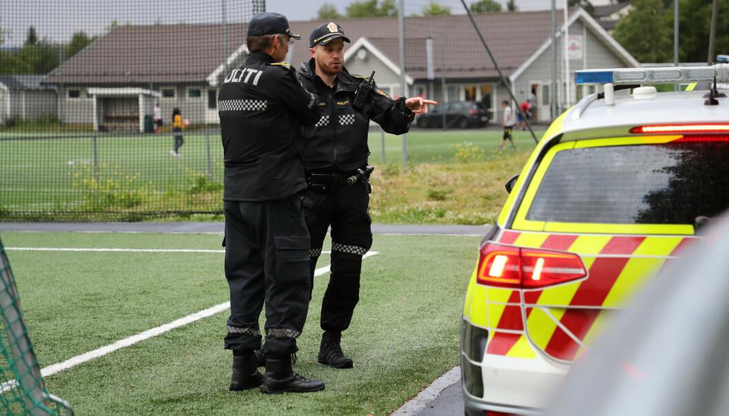 Politiet på åstedet ved Holmlia skole etter knivstikkingen mandag kveld. Foto: Geir Olsen / NTB scanpix.