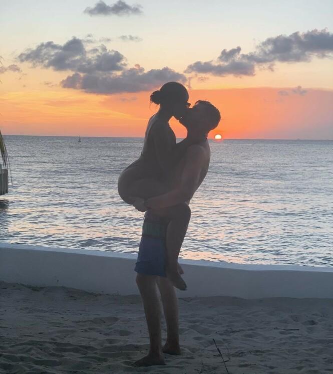 FORELSKET: Tv-profil Leo Ajkic og kjæresten Chiku Msombeli ser ut til å storkose seg på ferie i Mexico. Foto: Skjermdump fra Instagram.