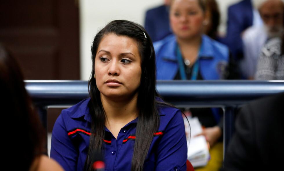 RETTSALEN: Hernández i rettsalen på mandag, i Ciudad Delgado, El Salvador. Kvinnen som fødte i et toalett skal nå inn i sin andre rettssak anklaget for drap. Foto: Reuters / Jose Cabezas