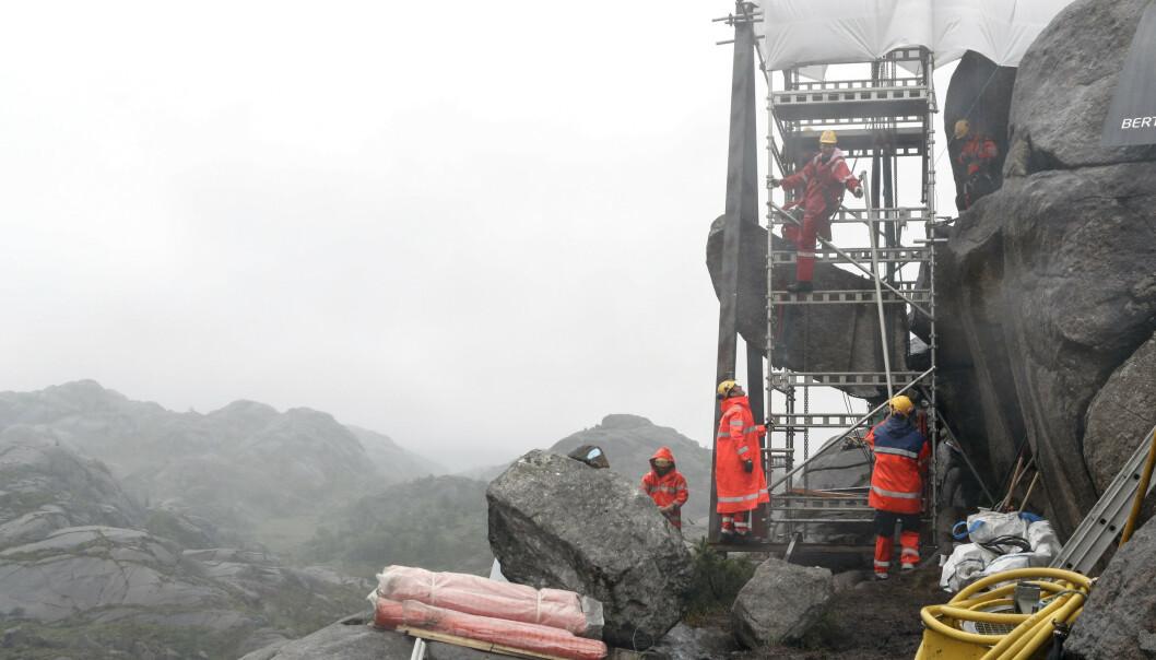 Trollpikken under gjenreisingen. I november skal fjellformasjonen prydes med en blå sløyfe som maskot for prostatasaken. Foto: Torstein Bøe / NTB scanpix