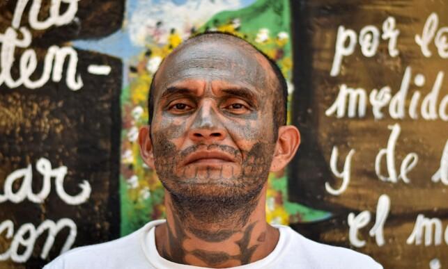 ANGRER: Et tidligere medlem av MS-13 gjengen i fengselet, Santa Ana. Tidligere medlemmer sier de er villig til å fjerne tatoveringene med laser, noe som kan ta år, for å bli kvitt det de kaller «ungdomsfeil». Foto: Oscar Rivera / AFP