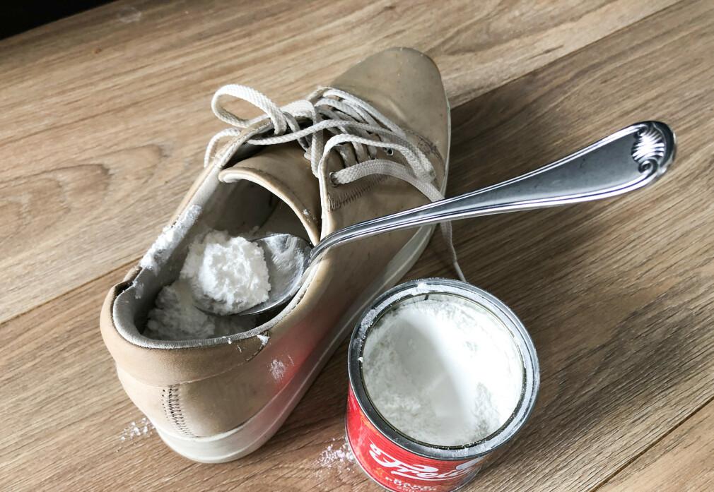FJERNER TÅFIS: Vi testet trikset som skal fjerne sur lukt fra sko - helt uten at du trenger å vaske dem. Nederst i artikkelen viser vi deg hvordan det gjøres, og avslører resultatet. Foto: Linn Merete Rognø.