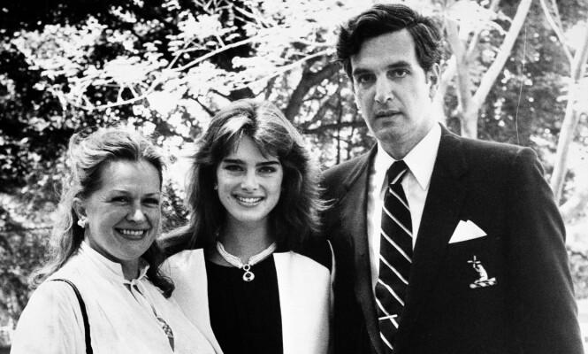 STUDENT: Brooke studerte språk på Princeton University, og er her på et sjeldent bilde sammen med både sin mor og sin far. FOTO: Scanpix