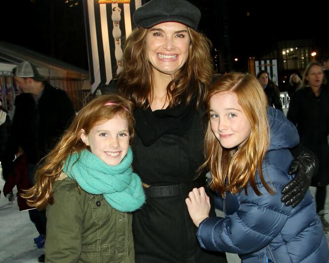 DØTRENE: Mor på skøyteisen sammen med døtrene Grier (t.v) og Rowan. Døtrene er nå 13 og 16 år. FOTO: Scanpix