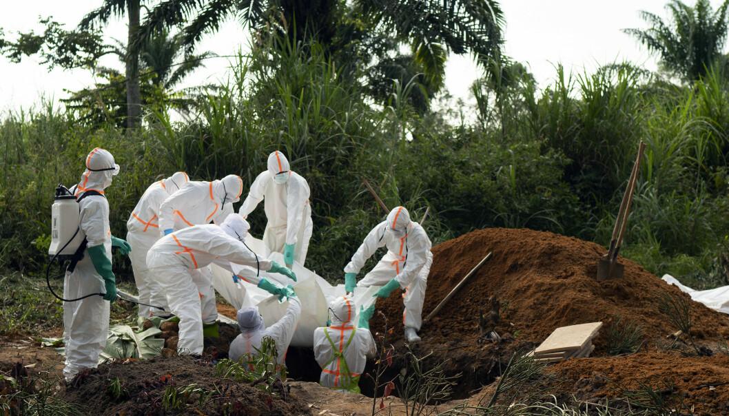 Et ebolaoffer begraves på gravlunden i Beni i Kongo søndag. Viruset har krevd over 1.600 menneskeliv i det krigsherjede landet. Foto: Jerome Delay / AP / NTB scanpix