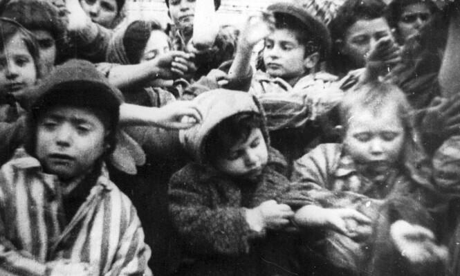 BARN BLE TATOVERT: Rundt 600 barn overlevde grusomhetene i konsentrasjonsleiren Auschwitz. Her viser noen av dem frem nummertatoveringene de ble påtvunget i leiren. FOTO: NTB Scanpix