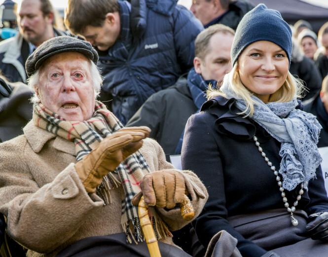NORDMANN I AUSCHWITZ: Samuel Steinmann fikk fangenummer 79 231 tatovert på armen da han ankom Auschwitz i 1942. Han var en av få norske jøder som overlevde krigen. Her side om side med kronprinsesse Mette-Marit på Den internasjonale Holocaustdagen i 2015. FOTO: NTB Scanpix