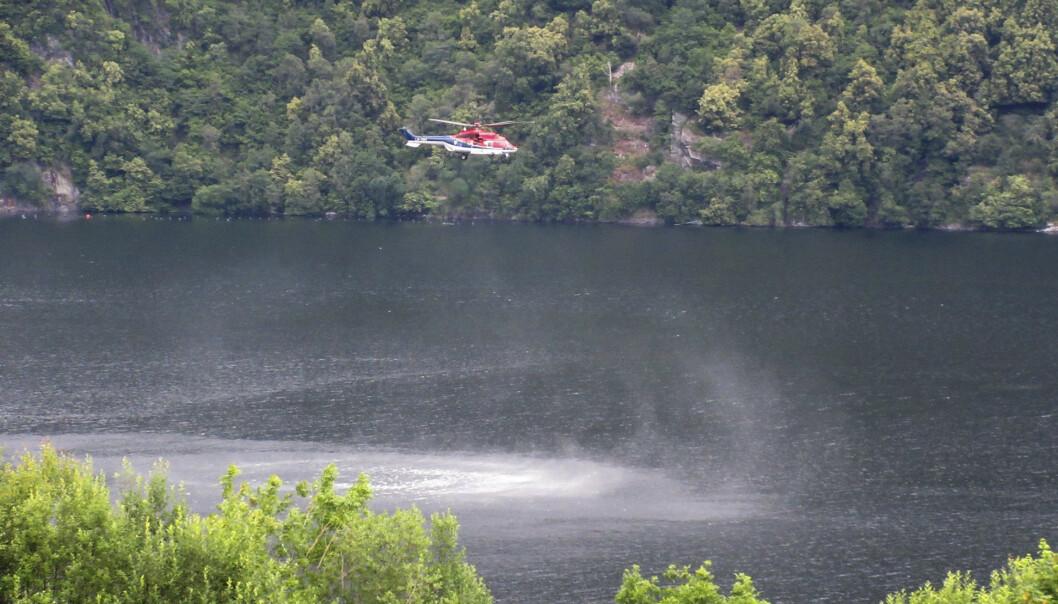 Et helikopter deltar i søket i Dalsfjorden i Sogn og Fjordane. Foto: Asbjørn Eikerol / NTB scanpix