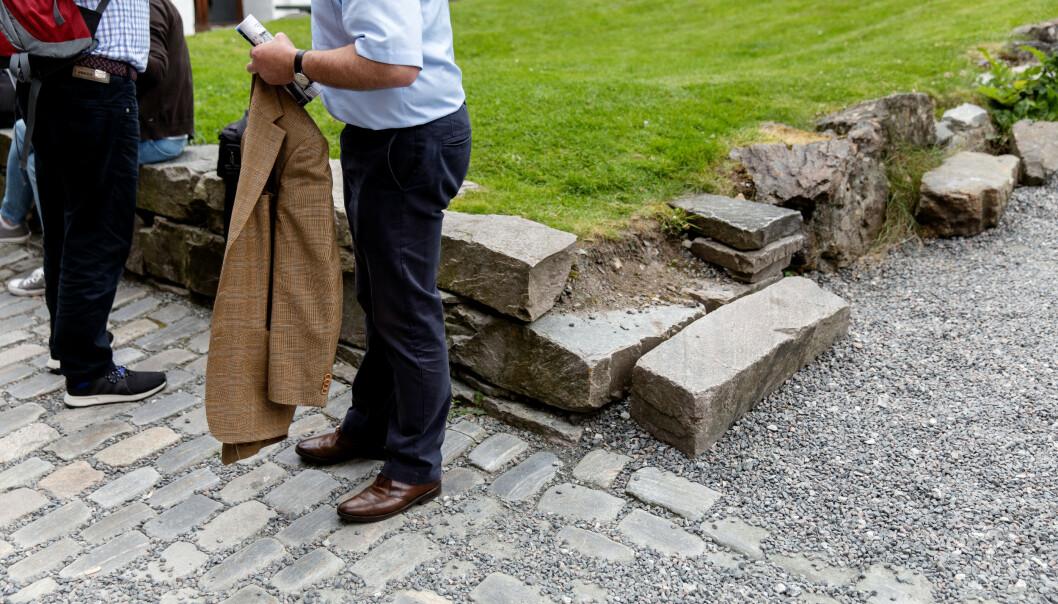 <strong>SLITASJE:</strong> Også flere store steiner langs grusveien har fått merke på mengden mennesker. Her kan man se en av steinene som har falt ned fra plassen sin. Foto: Eivind Senneset / Dagbladet