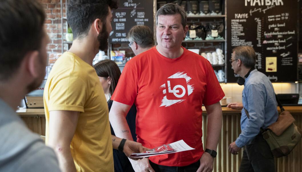 LO-leder Hans-Christian Gabrielsen er med på sommerpatruljens første besøk i år, som gikk til utestedet Kulturhuset. Foto: Ryan Kelly / NTB scanpix