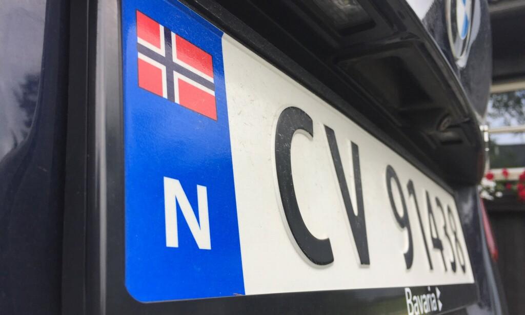 NORSK FLAGG: Det norske flagget på bilskiltene tiltrekker seg tyver. De antar at den eies av rike nordmenn, som har bilen full av verdigjenstander. Foto: Rune Korsvoll