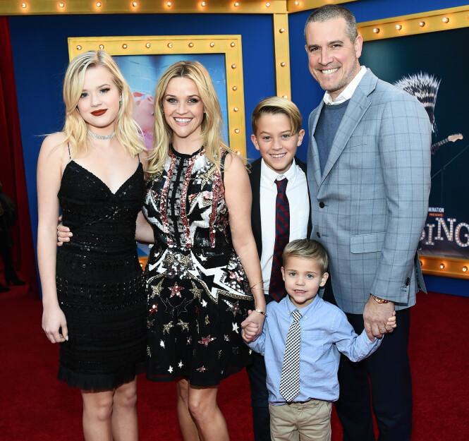 STOLT MOR: Reese Witherspoon med ektemannen Jim Toth og barna Ava, Deacon og Tennessee James (foran) under en filmpremiere i 2016. FOTO: NTB Scanpix