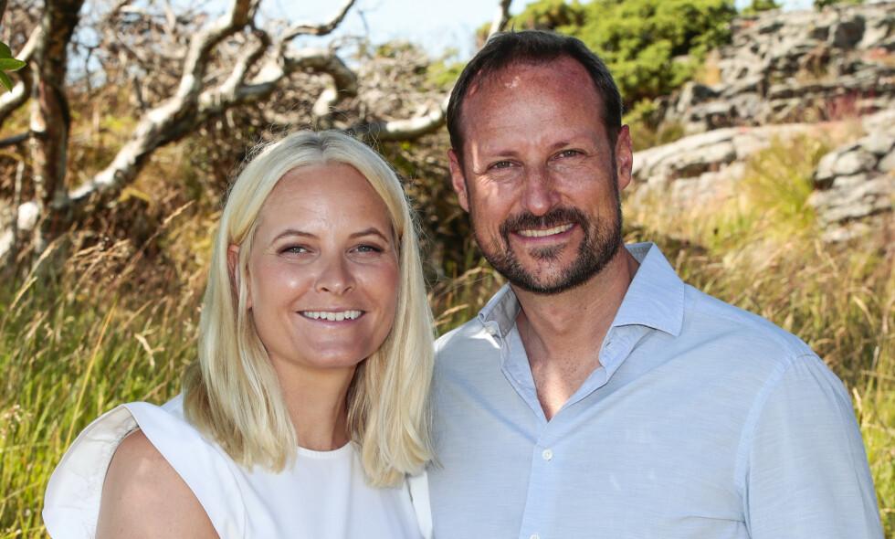 BURSDAGSBARN: Kronprins Haakon fyller 46 år lørdag. Her sammen med kronprinsesse Mette-Marit under fotografering på landstedet på Dvergsøya tidligere denne måneden. Foto: Lise Åserud / NTB Scanpix