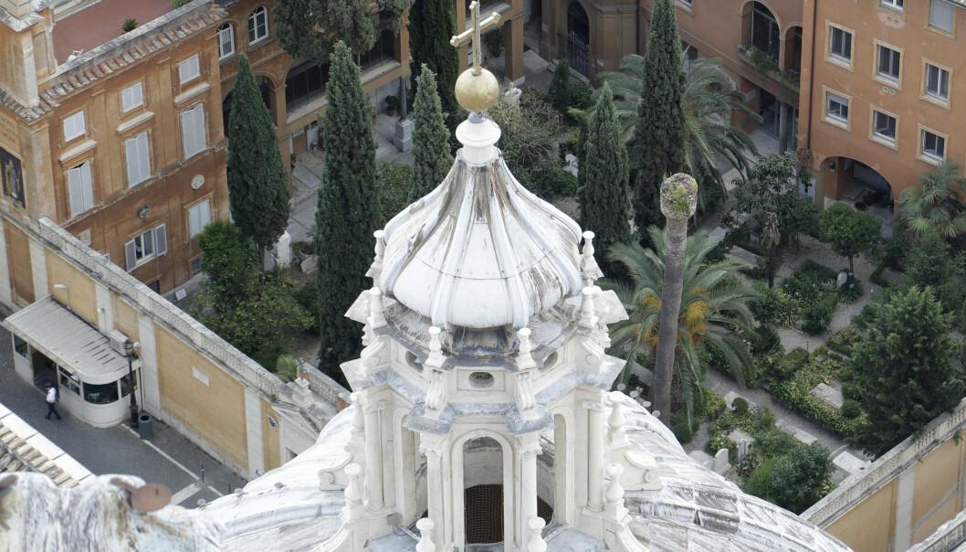 På dette bildet av Det tyske kollegiet i Vatikanet kan man se gravlunden der de tomme gravene lå. Nå er to knokkelrom under kollegiet åpnet i søken etter svaret på hva som skjedde med 15 år gamle Emanuela Orlandi for 36 år siden. Arkivfoto: Gregorio Borgia / AP / NTB scanpix