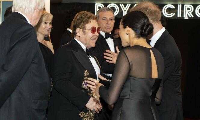 KJÆRLIG GJENSYN: Elton John så ut til å være svært fornøyd med å få møte hertugparet på premieren. Han står bak deler av musikken i nyskapningen av filmen. Foto: NTB Scanpix