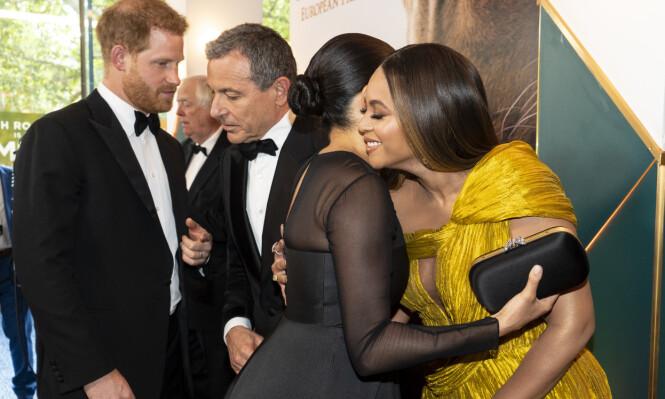 KLEM: Hertuginne Meghan ga Beyoncé en klem da de møttes på premieren. Foto: NTB Scanpix
