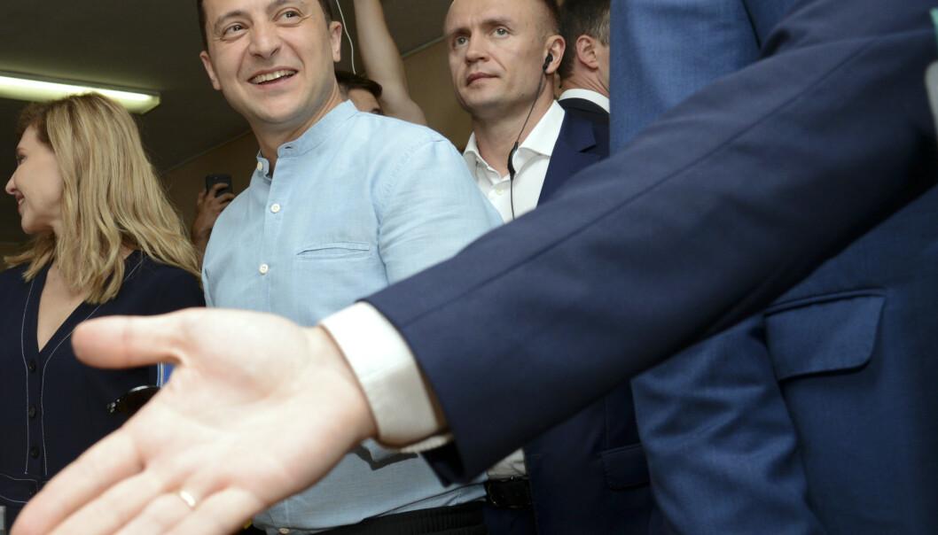 En smilende president Volodymyr Zelenskyj stemte i hovedstaden Kiev søndag. Han vil prioritere kampen mot korrupsjon og å få slutt på krigen mot de russiskstøttede separatistene i Øst-Ukraina. Foto: Zoya Sju / AP / NTB scanpix