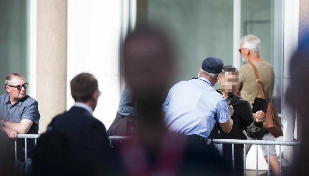 Politiet har kontroll på en mann som hylte og skrek under minnemarkeringen i Regjeringskvartalet i Oslo mandag morgen, åtte år etter terrorangrepene 22. juli 2011. Foto: Trond Reidar Teigen / NTB scanpix