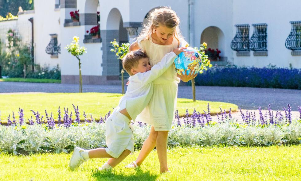 SPRELL: Prinsesse Estelle (7) og lillebroren, prins Oscar (3), stjal definitivt showet under mamma kronprinsesse Victorias 42-årsdag. Foto: NTB Scanpix