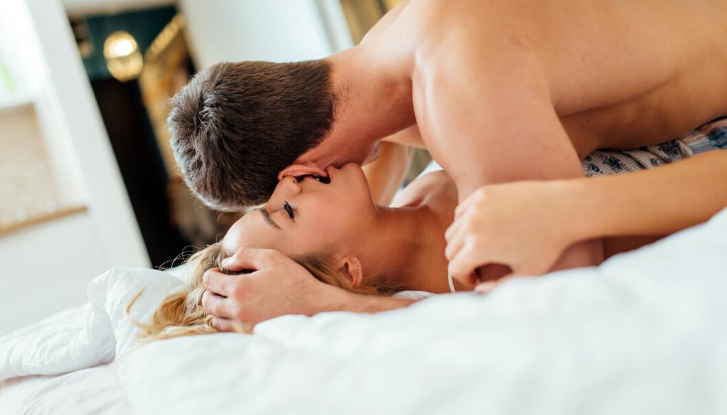 KOSEBITE: Å kosebite litt på kjæresten er slett ikke uvanlig, og dette kan riktignok ha en seksuell undertone, men hvorfor gjør vi det egentlig? FOTO: NTB Scanpix