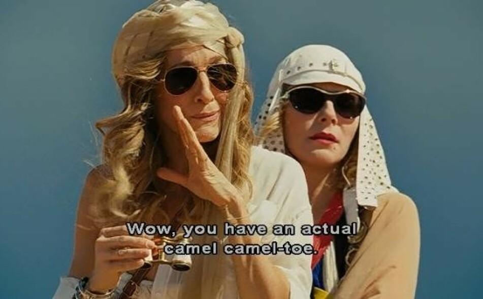 KJENT FENOMEN: Hvem kan vel glemme denne scenen fra «Sex og Singelliv»-film nummer to, da pripne Charlotte York får «camel toe» – ironisk nok mens gjengen rir på kameler? FOTO: HBO