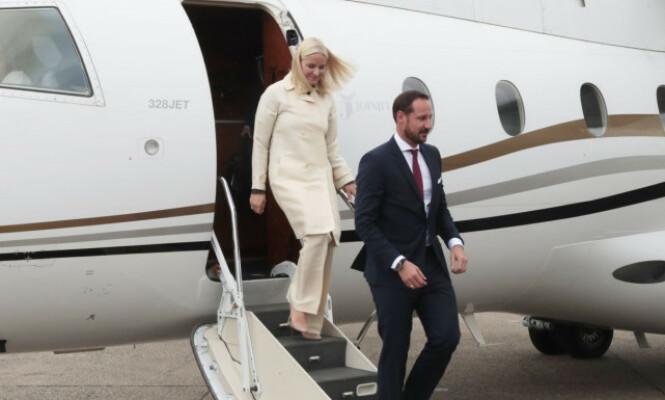 MED FAMILIEN: Kronprins Haakon flyr gjerne med kona, barna og søsteren sin, men aldri med sine foreldre. Foto: NTB scanpix
