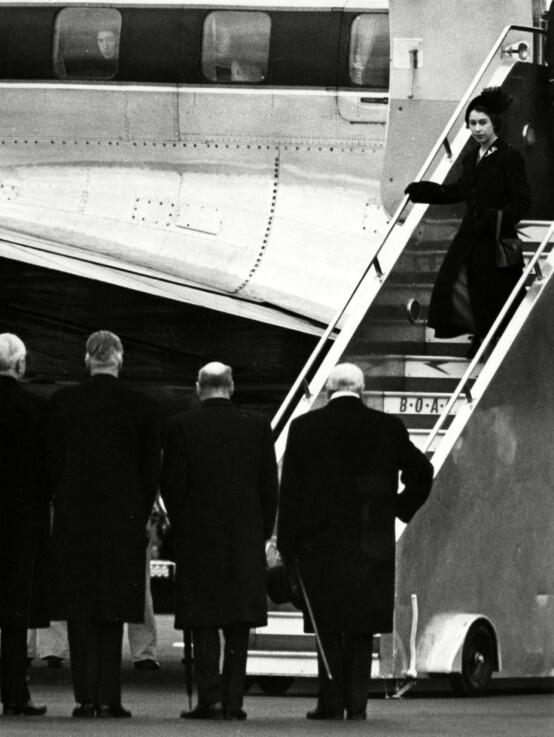 KOM HJEM: Da dronning Elizabeth kom hjem for å ta over tronen i 1952, fikk hun levert et sort sørgenatrekk på flyplassen. Foto: NTB Scanpix