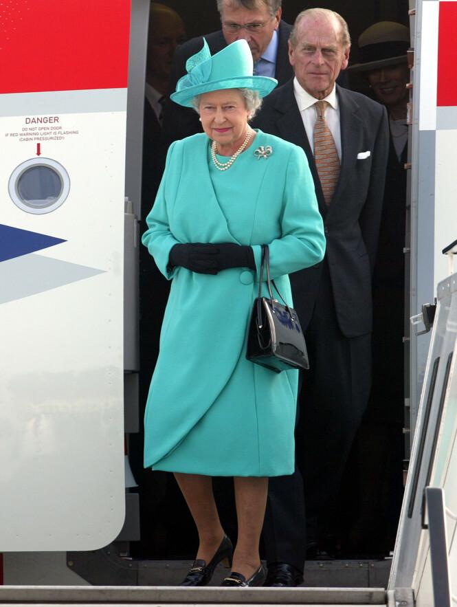 PÅ REISEFOT: De kongelige må følge mange regler når de reiser. Her er dronning Elizabeth og prins Phillip på flyplassen i Berlin i 2004. Foto: NTB Scanpix